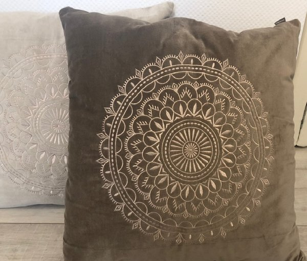 Samtkissen Velourkissen Preston Velvet taupe mit Ornament Stickerei 60x60 cm