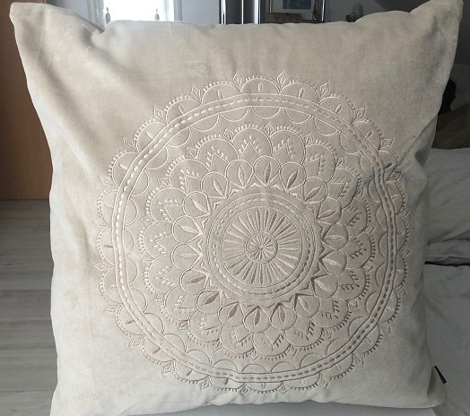 Samtkissen Velourkissen Preston Velvet sand mit Ornament Stickerei 60x60 cm