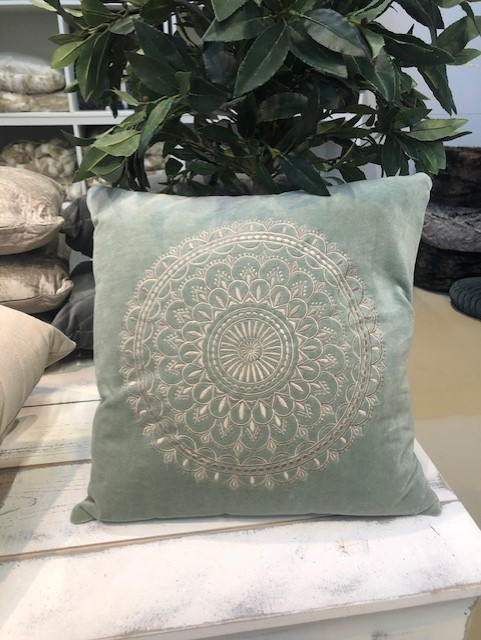 Samtkissen Velourkissen Preston Velvet mint mit Ornament Stickerei 45x45 cm